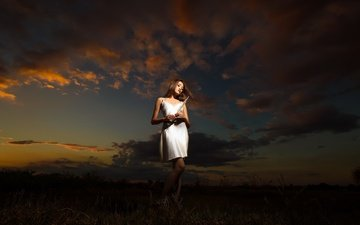 небо, облака, ночь, девушка, поле, волосы, белое платье