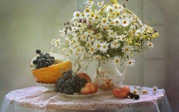 цветы, виноград, фрукты, ромашки, букет, кувшин, персик, натюрморт, скатерть, дыня