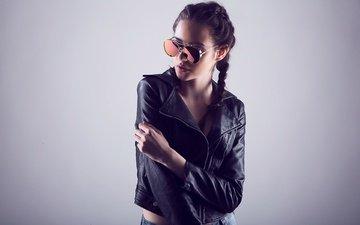 девушка, поза, очки, модель, волосы, фигура, косички, кожанка, солнцезащитные очки