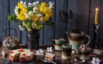 цветы, кофе, кружки, букет, свеча, яйца, чайник, нарциссы, сахар, торт, натюрморт, подкова, ложки