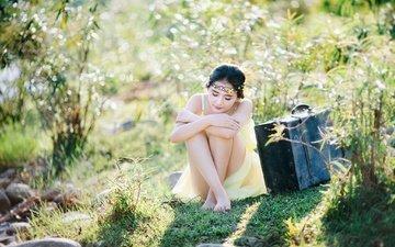 трава, природа, девушка, фон, платье, кусты, ножки, азиатка, чемодан, диадема