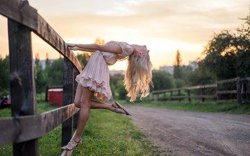 дорога, девушка, блондинка, забор, волосы, natalya