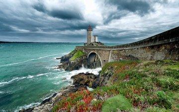 небо, цветы, трава, облака, камни, берег, тучи, море, маяк, мост, побережье, франция, арка, франци, бретань, finistere, phare du petit minou, маяк пети мину