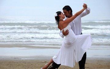 море, платье, цветок, пляж, волна, танец, любовь, пара, локоны, поцелуй, попка, страсть, талия, бедро