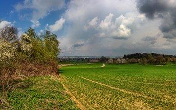 небо, дорога, трава, облака, деревья, тучи, поля, дома, германия, пасмурно, бавария, schoenbach