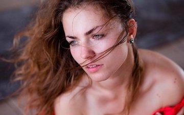 девушка, портрет, взгляд, волосы, лицо, локоны, зубки, губки
