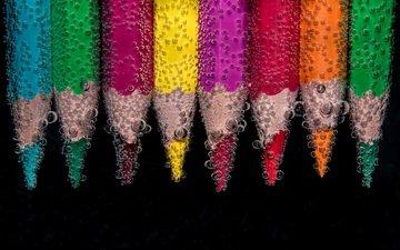 вода, капли, разноцветные, карандаши, черный фон, пузырьки, цветные карандаши