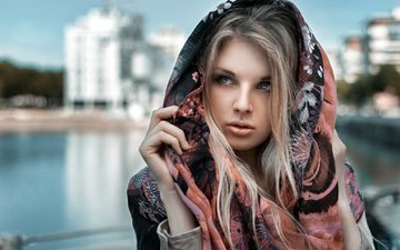 вода, девушка, блондинка, город, взгляд, водоем, волосы, лицо, здания, платок