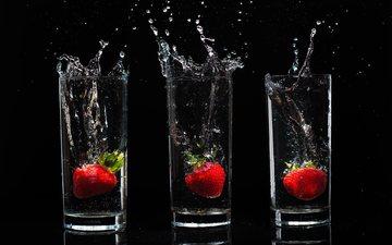 вода, капли, клубника, брызги, черный фон, ягоды, стаканы