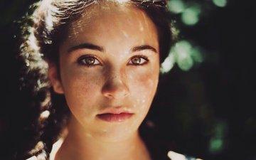 девушка, взгляд, волосы, лицо, освещение, веснушки, боке, косички, кареглазая