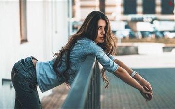 девушка, поза, взгляд, часы, джинсы, волосы