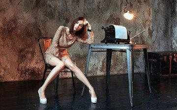 девушка, лампа, стол, комната, ножки, даша, пишущая машинка, dashuta berezina