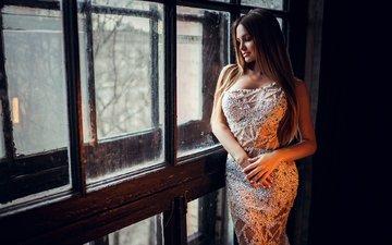 девушка, платье, улыбка, взгляд, волосы, фигура, стоит, шатенка, у окна, иван горохов