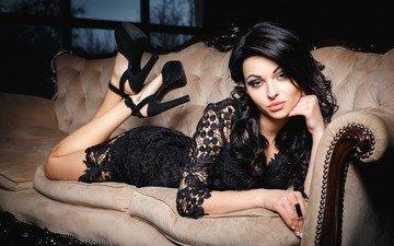 ночь, девушка, платье, брюнетка, макияж, прическа, туфли, позирует, в чёрном, на диване, лежа