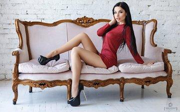 девушка, портрет, брюнетка, стена, сидит, ножки, каблуки, диван, туфли, красное платье, длинные волосы, денис петров