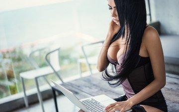 девушка, брюнетка, модель, комната, фигура, ноутбук, сексуальная