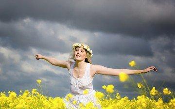 тучи, девушка, настроение, фон, блондинка, поле, венок, закрытые глаза, желтые цветы