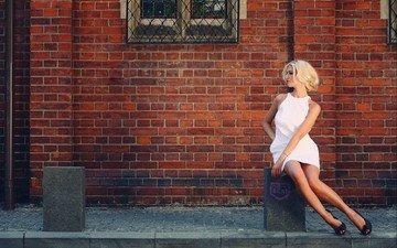 девушка, платье, блондинка, стена, сидит, кирпич