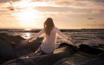 камни, закат, море, блондинка, побережье, сидит, спина, рубашка