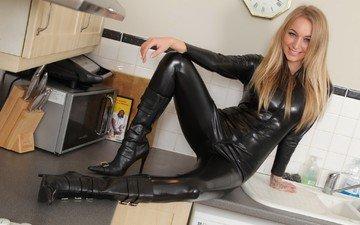 девушка, блондинка, улыбка, взгляд, кухня, волосы, латекс, в чёрном