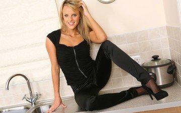 девушка, блондинка, улыбка, взгляд, кухня, волосы, в чёрном