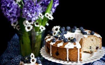 цветы, ромашки, черный фон, букет, ягоды, черника, сладкое, выпечка, десерт, кекс, гиацинты