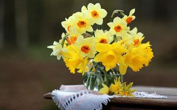 цветы, стол, весна, ваза, салфетка, нарциссы