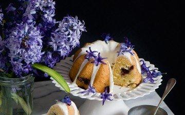 цветы, тарелка, выпечка, натюрморт, ложка, кекс, гиацинты, композиция