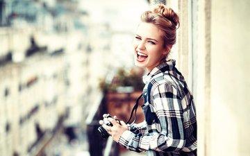 девушка, улыбка, фотоаппарат, балкон, рубашка, lods franck