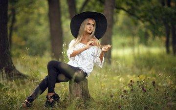 трава, природа, девушка, блондинка, лето, модель, туфли, позирует, шляпа, пень, блузка, декольте, брюки, сергей сорокин