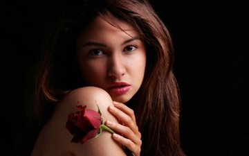 девушка, цветок, роза, взгляд, модель, волосы, черный фон, губы, лицо, позирует