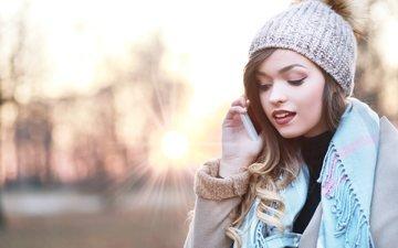 солнце, девушка, лучи, шапка, телефон, макияж, платок, шатенка