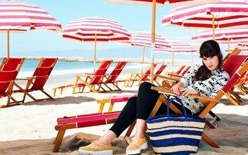 солнце, море, песок, пляж, актриса, лежаки, зонты, фотосессия, сумка, vogue, зои дешанель