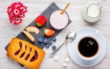 еда, фрукты, клубника, кофе, стол, ягоды, чашка, черника, завтрак, молоко, выпечка, ложка, примула, йогурт, слойка, йогурт.