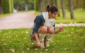девушка, брюнетка, яблоки, юбка, колени, джинсовка, audrey