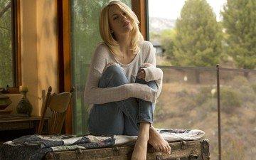 девушка, блондинка, взгляд, джинсы, ножки, волосы, лицо, сидя, blake bartelli