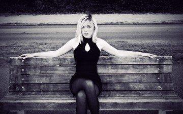 девушка, платье, блондинка, чёрно-белое, модель, ноги, скамейка, сидя, девон джейд