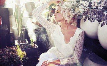 платье, блондинка, модель, свадьба, невеста, закрытые глаза, вазы, белые цветы