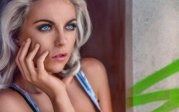 блондинка, портрет, взгляд, волосы, лицо, руки, голубые глаза