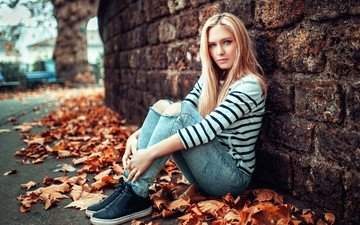 листья, девушка, блондинка, осень, стена, модель, джинсы, фотосессия, сидя