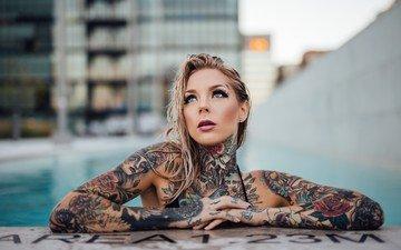 девушка, бассейн, татуировки, руки, пирсинг, мокрые волосы, мэдисон