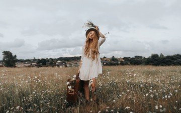 блондинка, поле, полевые цветы, шляпа, чемодан