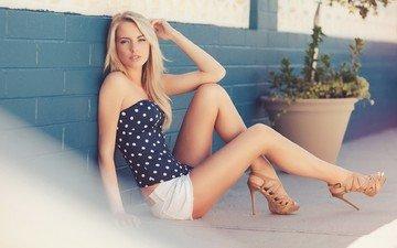 блондинка, взгляд, стена, модель, сидит, ножки, актриса, растение, туфли, позирует, шорты, тротуар, лорен йорк