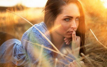 свет, трава, солнце, девушка, портрет, поле, брюнетка, сено, взгляд