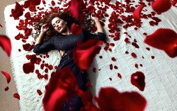 девушка, платье, брюнетка, розы, лепестки, лежит, закрытые глаза, красные розы