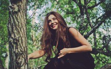 деревья, девушка, улыбка, взгляд, волосы, лицо, шатенка