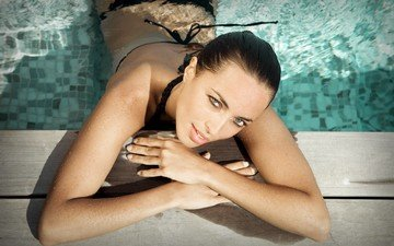 глаза, девушка, брюнетка, бассейн, купальник, мокрая, в воде, оливия друо, olivia drouot