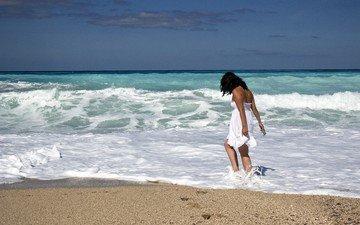 берег, девушка, море, песок, пляж, горизонт, лето, волна, волосы, ветер, пена, солнечный свет