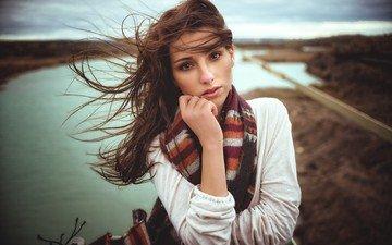 девушка, брюнетка, взгляд, волосы, лицо, ветер, шарф
