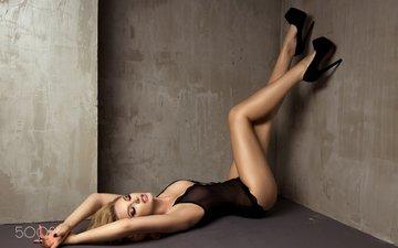 блондинка, ноги, грудь, руки, макияж, рот, белье, лежа, закрытые глаза